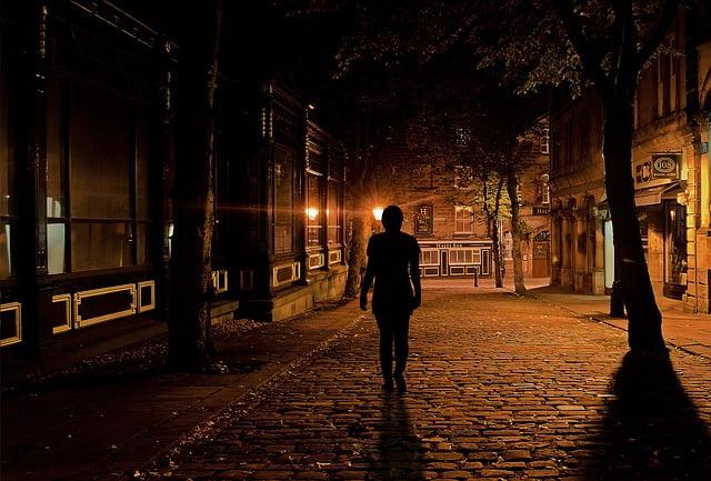 Kvinna går ensam på gata